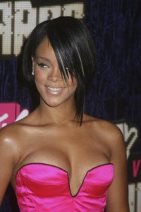 rihanna6 200x300 Rihannas Long Bob