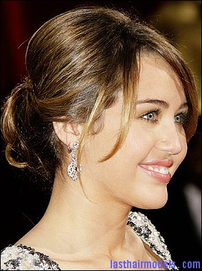 022209 cyrusm 400x400 17747 Miley Cyruss bun with bangs: Hairstyle for an evening bonanza!
