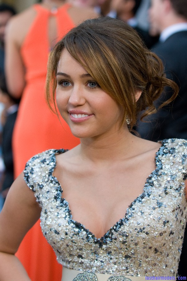 1557430757 2009 oscars miley cyrus Miley Cyruss bun with bangs: Hairstyle for an evening bonanza!