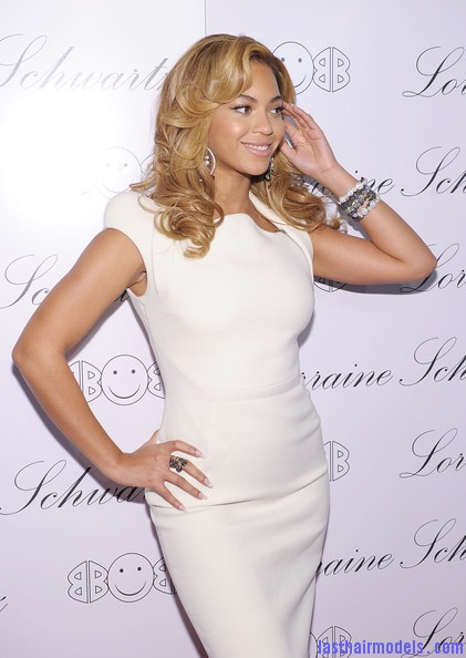 Beyonce+Knowles+Beyonce+Knowles+Hosts+Launch+kT8zJBmTak5l Beyonce's thick loose curls: Cocktail party style!