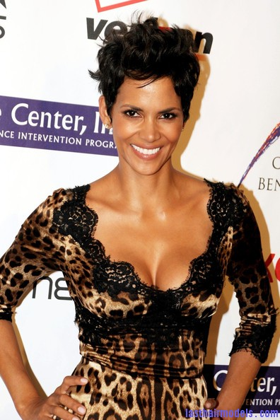 Halle+Berry+Celebs+Jenesse+Silver+Rose+Awards+9EUwI4eEsYjl Halle Berry's short pixie haircut: shorn up in style!