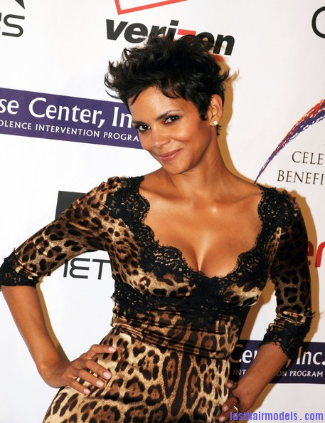 Halle+Berry+Celebs+Jenesse+Silver+Rose+Awards+YUpZM JqWWUl Halle Berry's short pixie haircut: shorn up in style!