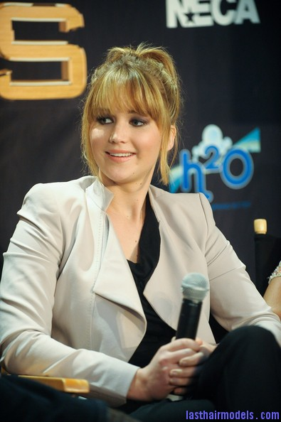 Jennifer+Lawrence+Hunger+Games+Cast+Broward+hNA UAuiSYZl Jennifer Lawrence's bangs with ponytail: A great messy look!!