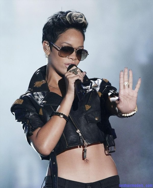 rihanna   2nd performance 40 2008 mtv video music awards Rihanna's bob fohawk style: With a hint of blonde this time!