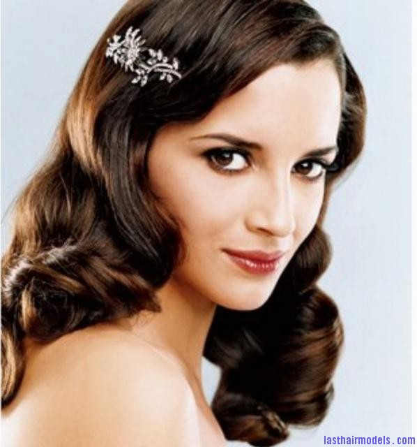 wavy down bride hairstyle with crystal hair clip Using crystal hairpins: Make the best of gems!!
