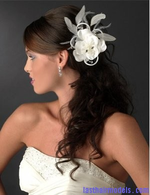 wedding hair accessories Flowers adorning loose hair: pick for summer beach time!!