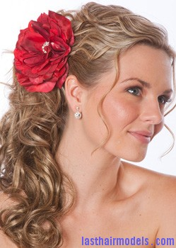 wedding hair flowers 3 Flowers adorning loose hair: pick for summer beach time!!