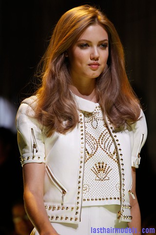 00010big 320x48014 Thick wavy hairstyle at Versace.