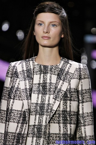 00040big 320x4803 The thin half tie hair look: Hairstyle at Giambattista Valli fashion show.