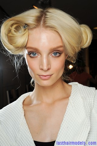 00060big 320x48010 Thick wavy hairstyle at Versace.