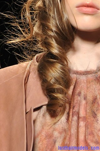 00200f2 Curly crimped hair: Loose messy outlook for the beach.