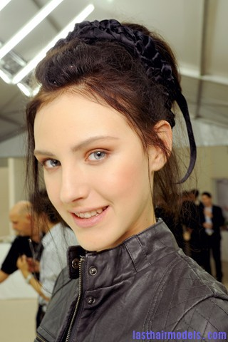 00230big 320x4802 Chanel's messy updo with flicks and decorative headbands: Ultra girly!