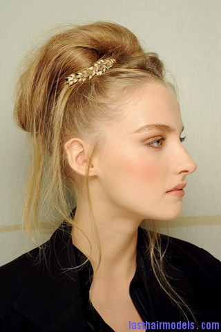 00420big 320x4801 Chanel's messy updo with flicks and decorative headbands: Ultra girly!