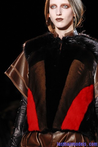 00450big 320x480 Invented faux bob effect at the Givenchy fashion show: Mystery unflooded!