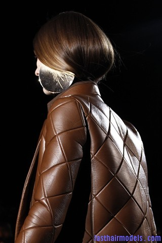 00720big 320x480 Invented faux bob effect at the Givenchy fashion show: Mystery unflooded!