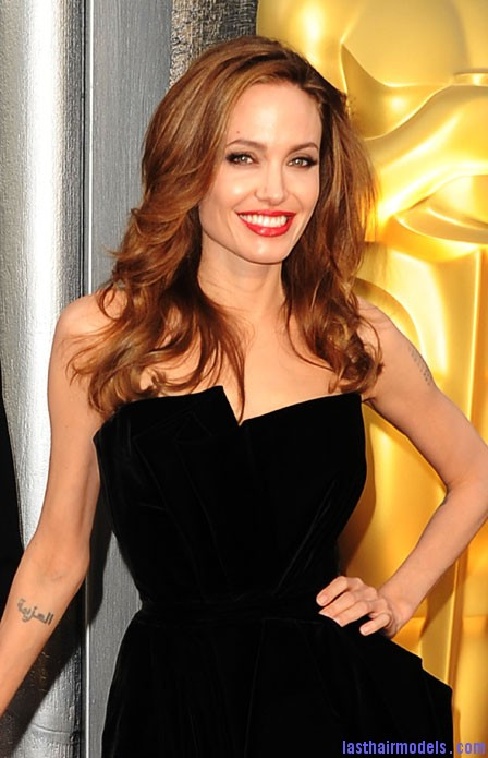 0226 angelina jolie oscars 2012 hair makeup bd Angelina Jolie's simple wavy look: Bound to elegance!