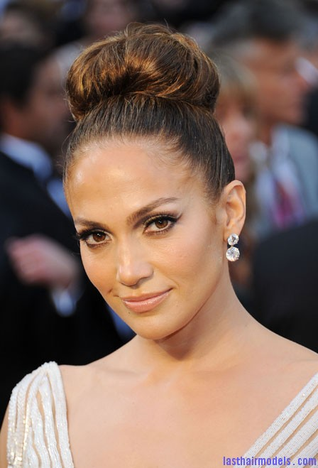 0226 jennifer lopez hair makeup oscars 2012 Jennifer Lopezs tight bun: Charisma in tight high sweep!