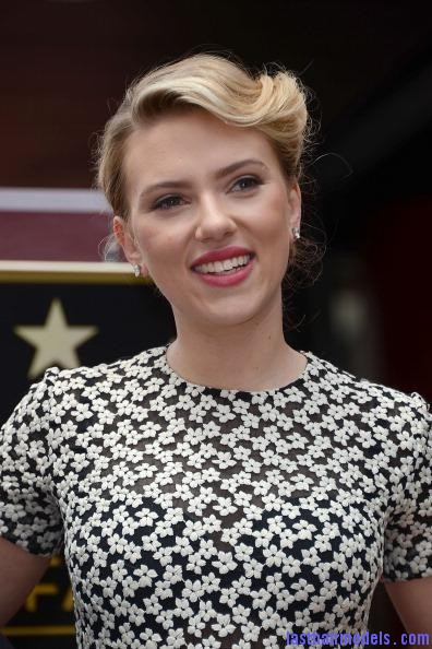1336001058 scarlett johansson 17 Scarlett Johansson's curled messy tie: Beautiful messiness!