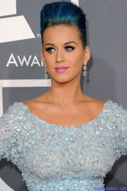 138857145 3159312554873717203 Katy Perry's high poof bun: Blue bun style changed!