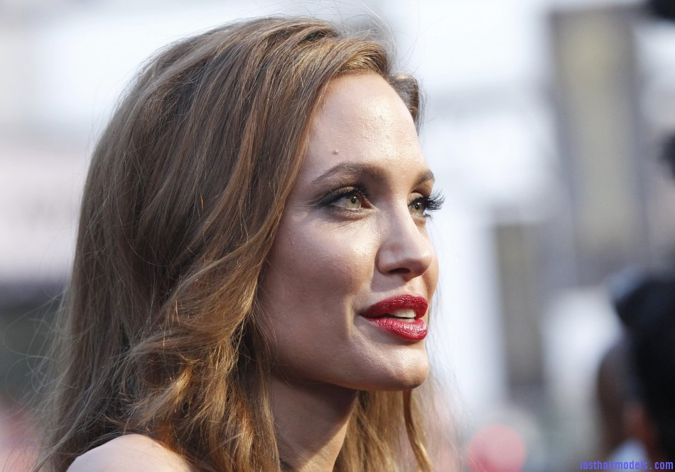 240187 oscars 2012 red carpet beauty Angelina Jolie's simple wavy look: Bound to elegance!
