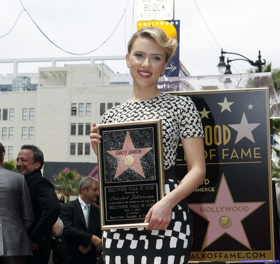 269964 scarlett johansson gets star on hollywood walk of fame Scarlett Johansson's curled messy tie: Beautiful messiness!