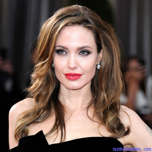 Angelina Jolie Hairstyle for Oscars 2012 520x520 Angelina Jolie's simple wavy look: Bound to elegance!