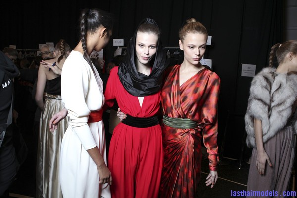 Carlos+Miele+Fall+2011+Backstage+t2Bb9kjiSAwl Wearing scarf in a feminine way.