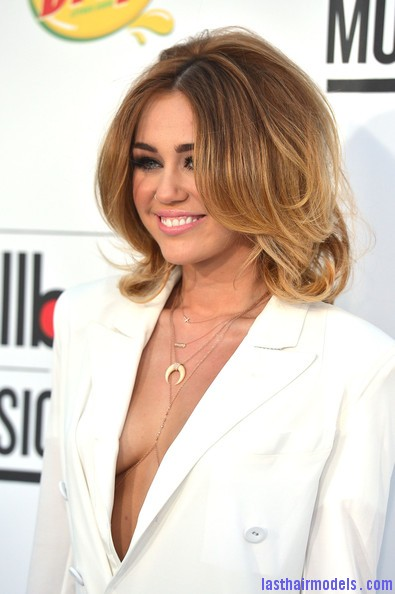 Miley+Cyrus+2012+Billboard+Music+Awards+Arrivals+MMwGwjZ DwMl Miley Cyrus's volumised peppy bob.