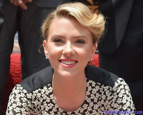 ScarlettWalkofFame3 Scarlett Johansson's curled messy tie: Beautiful messiness!