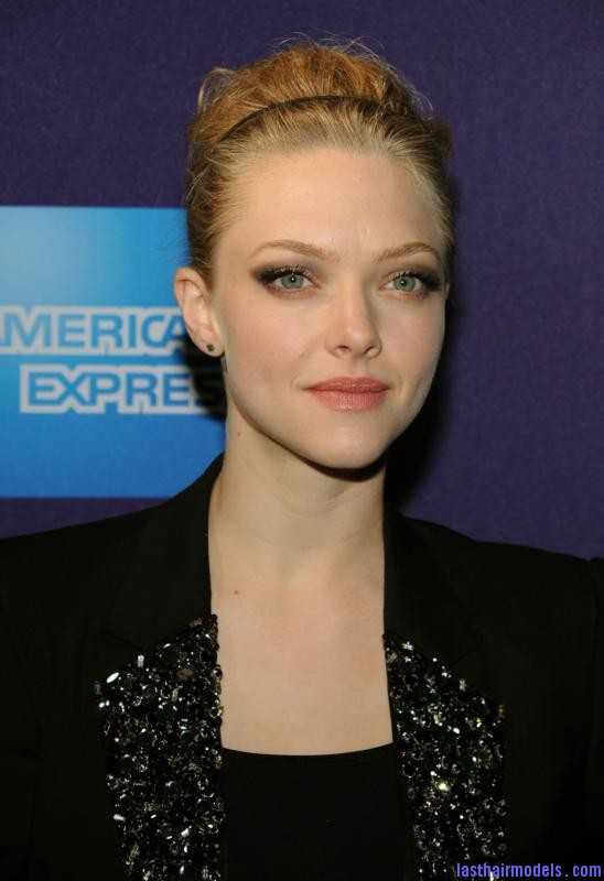 amanda seyfried letters to juliet tribeca film festival 5 Amanda Seyfried bun with a head band: Messiness mixed with sleekness!