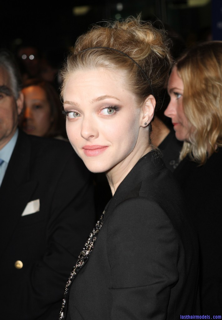 amanda seyfried tribeca film festival high updo hairstyle 712x1024 Amanda Seyfried bun with a head band: Messiness mixed with sleekness!