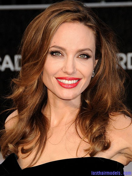angelina jolie 435 Angelina Jolie's simple wavy look: Bound to elegance!