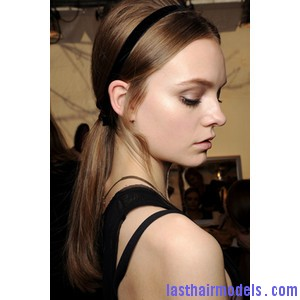 low straight ponytail with headband hairstyle Sleek head band adds to style: Make yourself look chic!