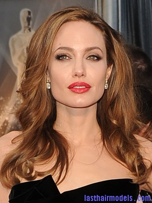oscar hair makeup 07 Angelina Jolie's simple wavy look: Bound to elegance!