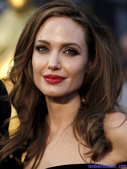 oscars angelinajolie 001 Angelina Jolie's simple wavy look: Bound to elegance!