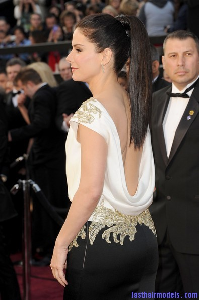 sandra bullock 1 Sandra Bullock's high ponytail: Perfect match for her monochrome dress!