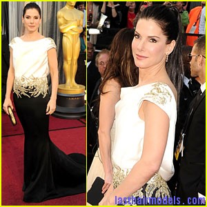 sandra bullock oscars 2012 Sandra Bullock's high ponytail: Perfect match for her monochrome dress!