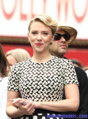 scarlett johansson may2 00989 m Scarlett Johansson's curled messy tie: Beautiful messiness!