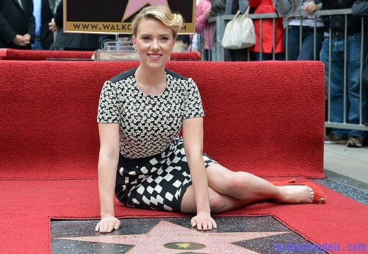 scarlett johansson walk of fame 4 Scarlett Johansson's curled messy tie: Beautiful messiness!