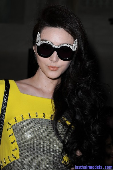 Fan+Bingbing+Versace+Front+Row+Paris+Fashion+htBTXLSUOrJl Fan Bing Bing's thick spinned up curls: Bouncing the spring everywhere!