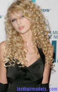 taylor swift7 189x300 Taylor Swift With Big Curls
