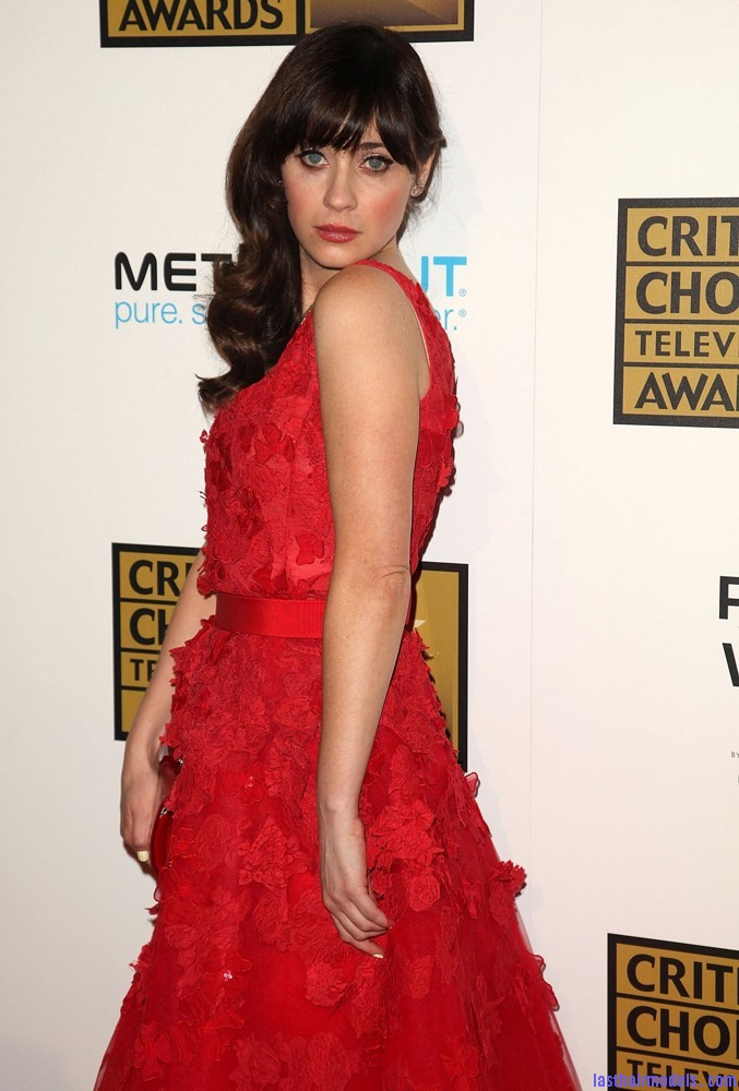 zooey deschanel 2012 critics choice tv awards 02 Zooey Deschanels front bangs with curls: Girly at her best!