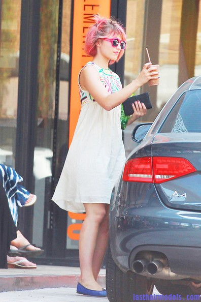 Dianna+Agron+Novelty+Sunglasses+Neon+Sunglasses+luenkfLkRJnl Dianna Agron's funky pink hairdo: Modern funkiness at its cutest!