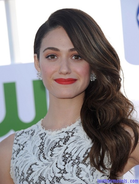 Emmy+Rossum+Long+Hairstyles+Retro+Hairstyle+6TseEnKAz8El Emmy Rossum's messy waves: Swept to one side hastily!