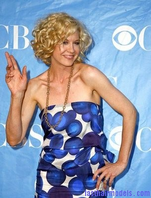 Jenna Elfman Jenna Elfman's short frilly curly hairdo: Messy frilly laced hair!!