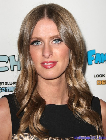 Nicky+Hilton+Long+Hairstyles+Long+Curls+4I3qmgvNPg l Nicky Hilton's chunky curls: Polished to perfection!