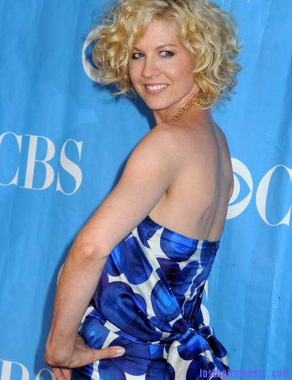 jenna elfman 2009 cbs upfront presentation 18faKD Jenna Elfman's short frilly curly hairdo: Messy frilly laced hair!!