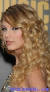 taylor swift4 165x300 Hairstyle With Blonde Curls