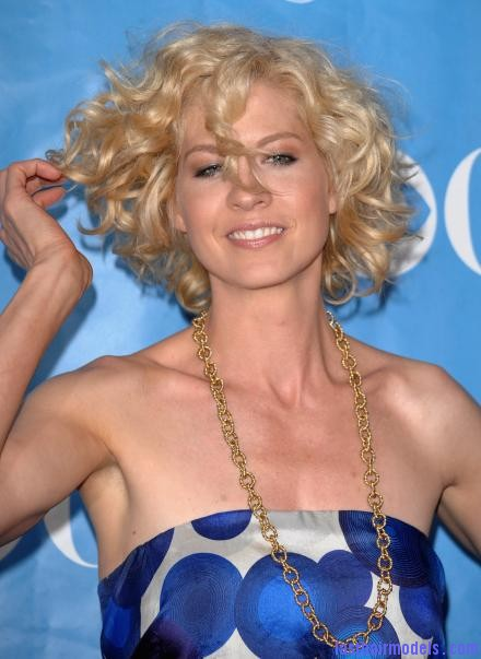 th 67546 Jenna Elfman 2009 CBS Network Upfront party 02 122 949lo Jenna Elfman's short frilly curly hairdo: Messy frilly laced hair!!