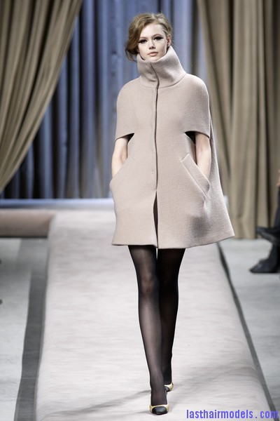 Giambattista+Valli+Fall+2010+0OQBPAo1f8pl Messy side partitioned ponytails: Fluffy and messy looks on the row!